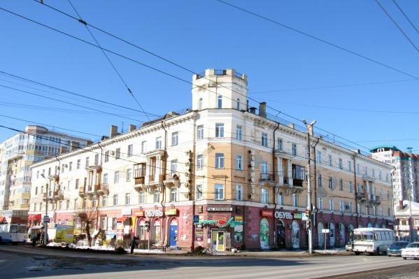 Угловой дом с башней и лепниной, который стоит на пересечении улиц Маяковского и Богдана Хмельницкого, был построен в 1950 году