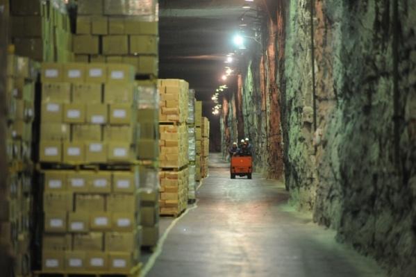 Росрезерв отвечает за сохранность государственных резервных запасов, например, горюче-смазочных материалов, продовольственных товаров