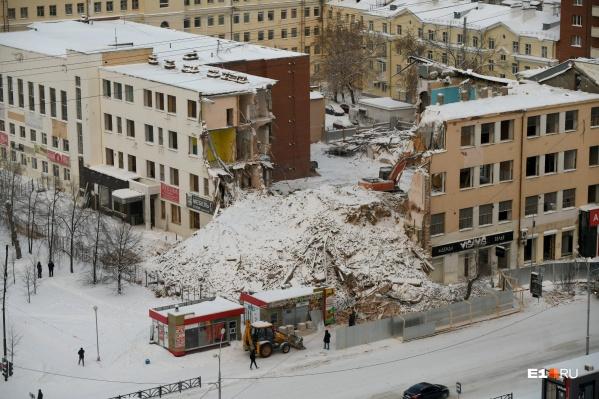 Здание начали сносить в декабре 2020 года