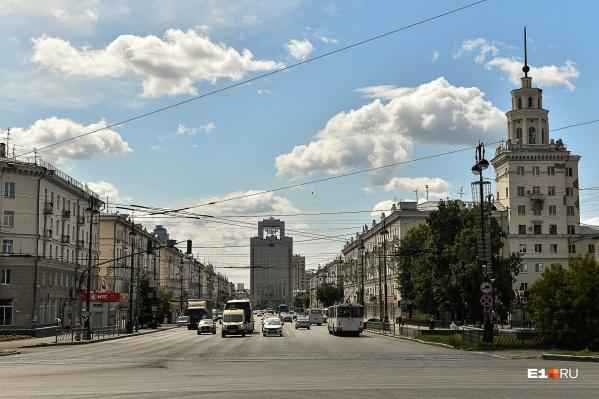 Улица Свердлова — парадный вход в Екатеринбург для всех туристов, которые приезжают на поездах. Снаружи выглядит красиво, но мы заглянули во дворы