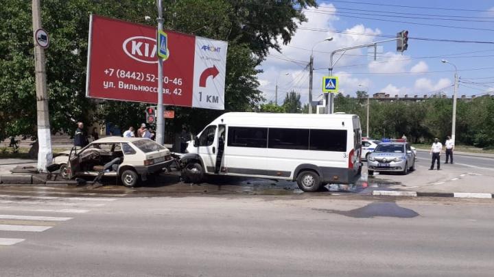 «Дедушка зачем-то на красный поехал»: очевидцы рассказали подробности страшной аварии с маршруткой в Волгограде
