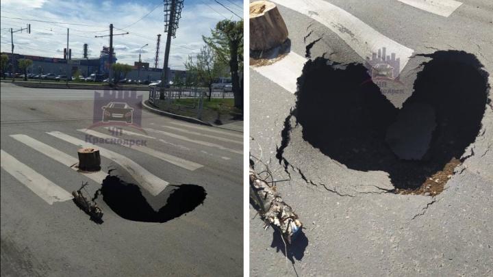 Провал асфальта в форме сердца образовался на перекрестке в Красноярске