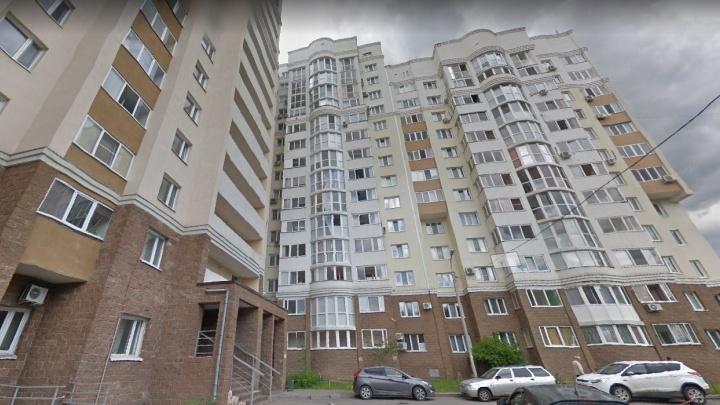 В Уфе на глазах очевидцев мужчина выпал из окна многоэтажки