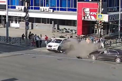 Mercedes ехал на красный: появилось видео момента, когда Chevrolet отбросило на тротуар у «Гринвича»