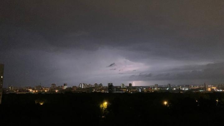 Во многих районах Екатеринбурга отключилось электричество в домах после попадания молний