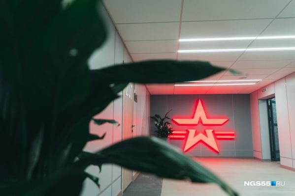 Красная звезда — символ российской армии. Она будет сопровождать кадетов повсюду. Этот логотип можно встретить, например, на спортивной форме и ноутбуках