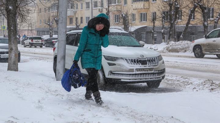 «На тротуарах каша»: мэр Уфы попросил коммунальщиков лучше убирать снег