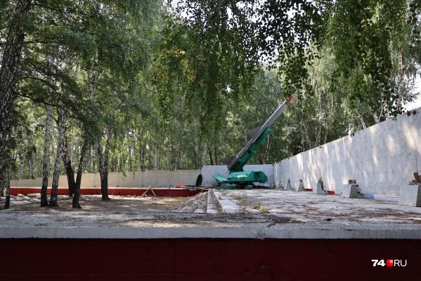 Лесное кладбище уже полгода «украшает» бетонный забор