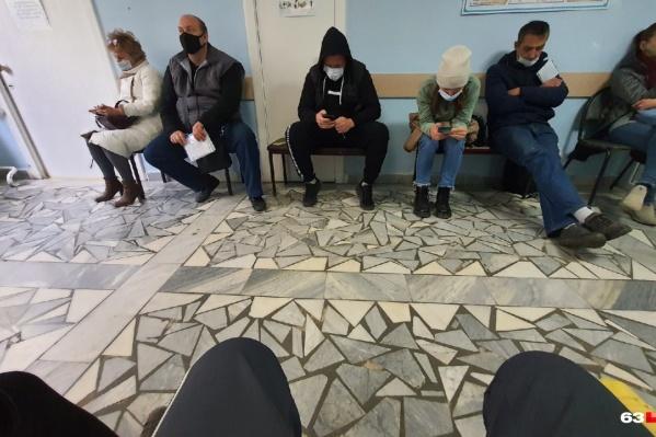 Пациенты вынуждены подолгу ожидать в коридорах
