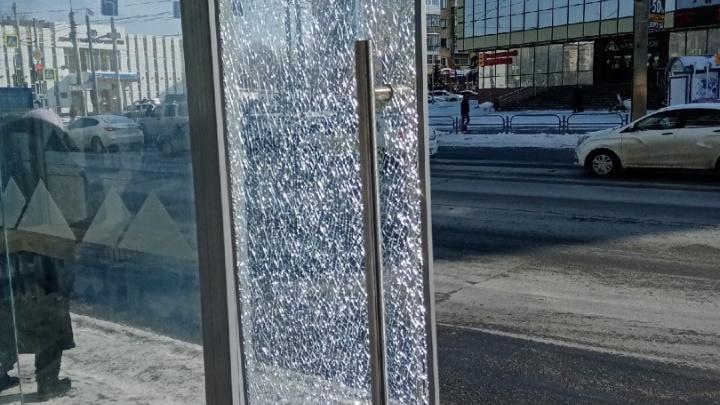 «Очень огорчены этим»: в Кургане разбили дверь новой теплой остановки