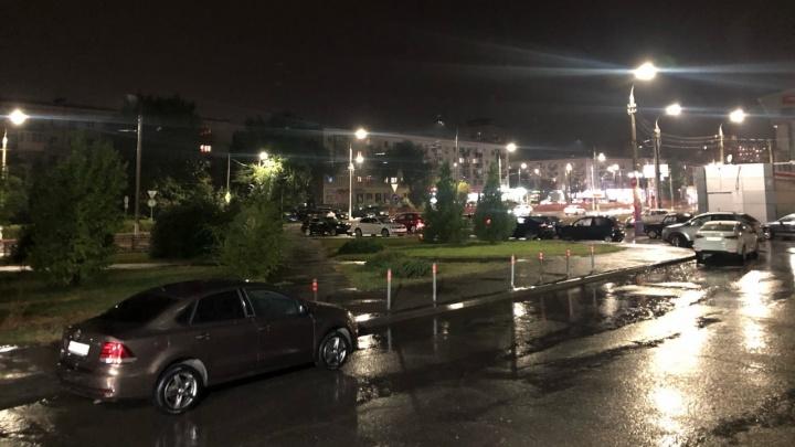 Поплыли. Улицы Волгограда затопило первым осенним дождем