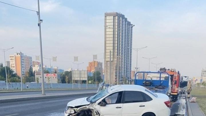 Потребовалась помощь медиков: в Самаре перевернулся автомобиль такси