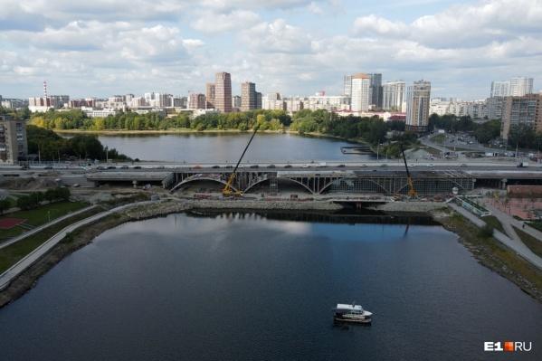 Каждые выходные октября движение на мосту будут закрывать