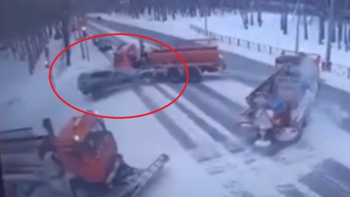 Смертельное ДТП с участием дорожной техники в центре Тюмени попало на камеры видеонаблюдения
