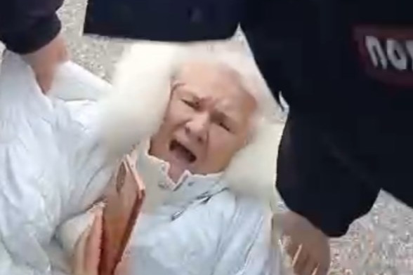 «Не надо над нами издеваться»: избитая пенсионерка раскритиковала Хабирова за поддержку полиции