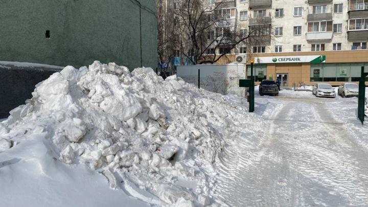 Ищем заваленные снегом дворы и самые большие сосульки в Екатеринбурге. Покажите, что творится у вашего дома
