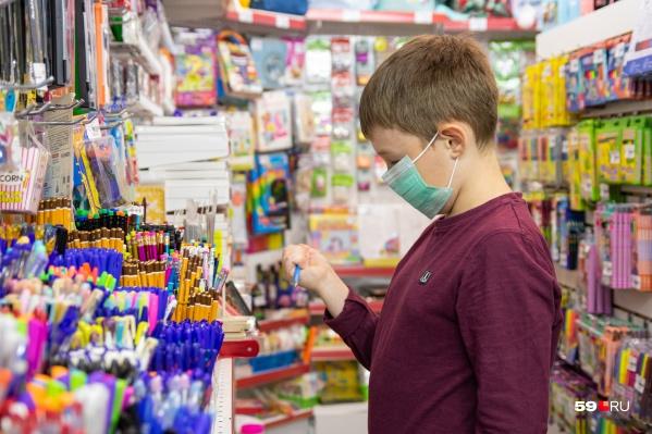 Летом многие родители идут с детьми покупать канцелярию и другие товары к школе