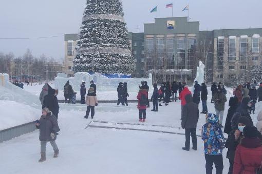 В Сургуте досрочно убрали елку на площади Советов, вокруг которой 31 января была «аквадискотека»
