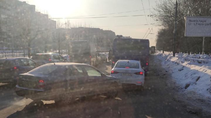 «Троллейбус не мог выехать из пробки»: в Ярославле случился транспортный коллапс
