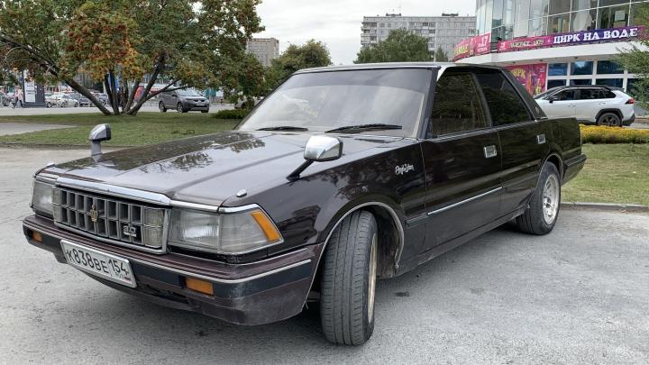 Сибиряк купил «Тойота-Краун» 1983 года. Смотрите — уже тогда в авто были цифровая приборка, холодильник, автосвет и ABS