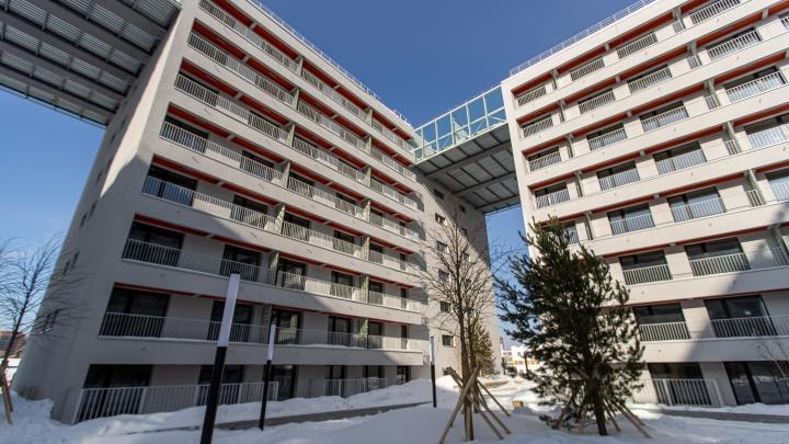 В «Европейском Береге» построили дом с мостами на9-мэтаже. Изучаем плюсы и минусы огромного микрорайона и заглядываем в пентхаусы