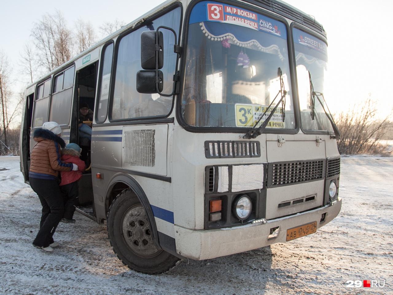Такие пазики всё еще ездят по улицам Архангельска. Много их осталось на тех маршрутах, которые везут людей на окраины города