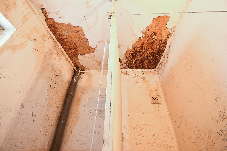 Потолок в туалете протекает