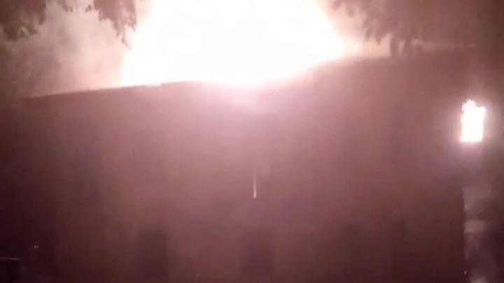 В Волжском сгорело заброшенное здание вытрезвителя — видео