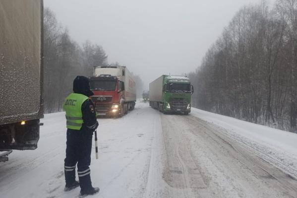 Движение грузовых автомобилей остановлено от границы с Башкирией до Чебаркуля