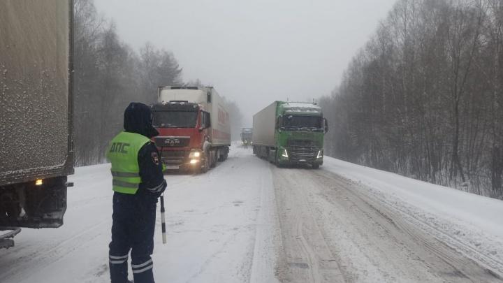 На трассе М-5 в Челябинской области остановили движение грузовиков из-за снегопада