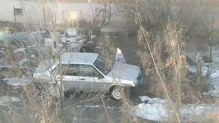 «Мама, прости, мама, выпусти»: в Волгоградской области женщина в наказание закрыла ребенка в машине и ушла