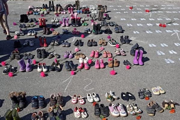 Сотни пар обуви стояли в центре Серова