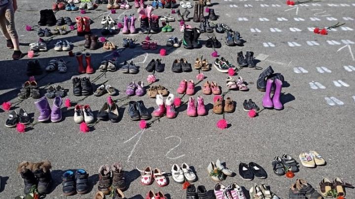 В Серове провели акцию против абортов — на улице у храма выставили несколько сотен пар детской обуви