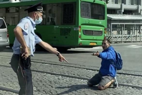 «Лежит в наручниках на трамвайных путях»: на Автовокзале полицейские жестко повязали мужчину