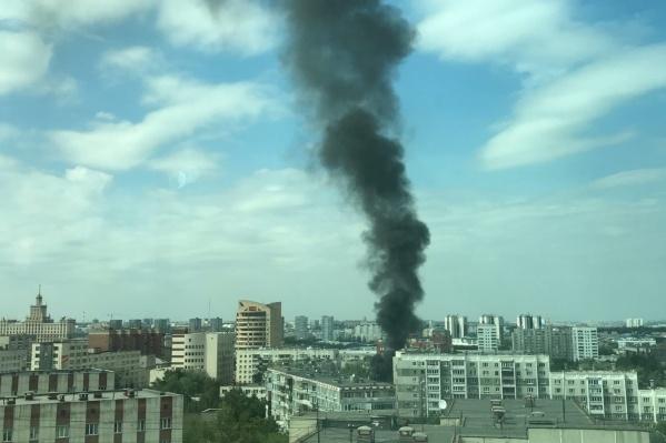 Столб черного дыма челябинцы заметили днем в среду