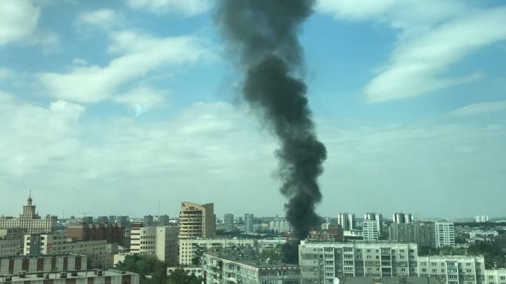 Из-за пожара в центре Челябинска в небо поднялся большой столб черного дыма