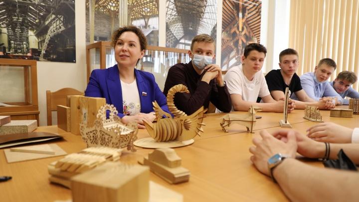 Игра для будущих работников леса: школьники Архангельска учились пилотировать дроны и определять древесину на ощупь