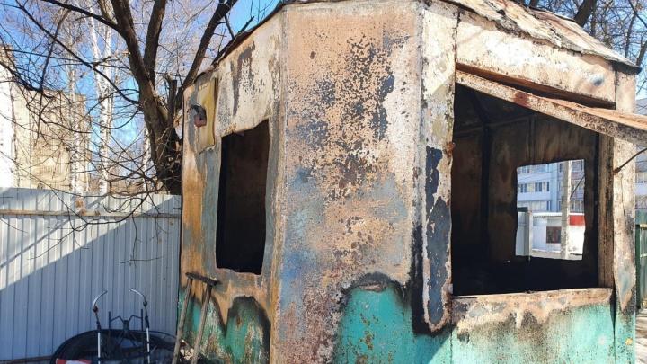 В Ярославле мужчина заживо сгорел в железной бытовке