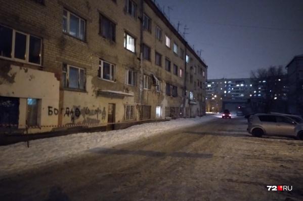 Из общежития вывезли около 100 человек