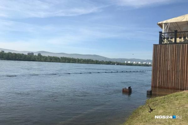 Вода местами скрыла ограждение на набережной у КИЦа