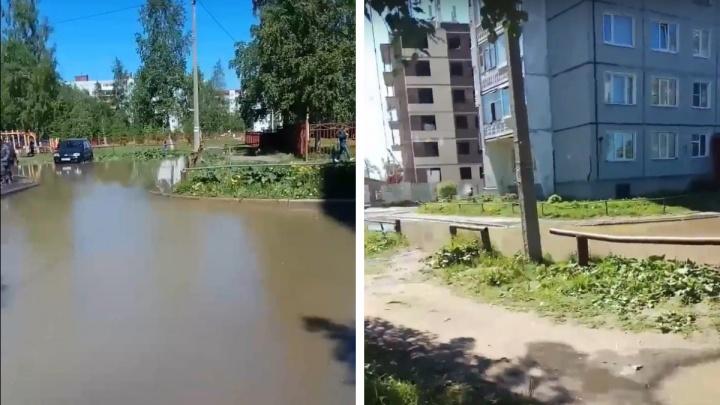 Залило дороги во дворе: близ школы № 36 в Архангельске прорвало трубу