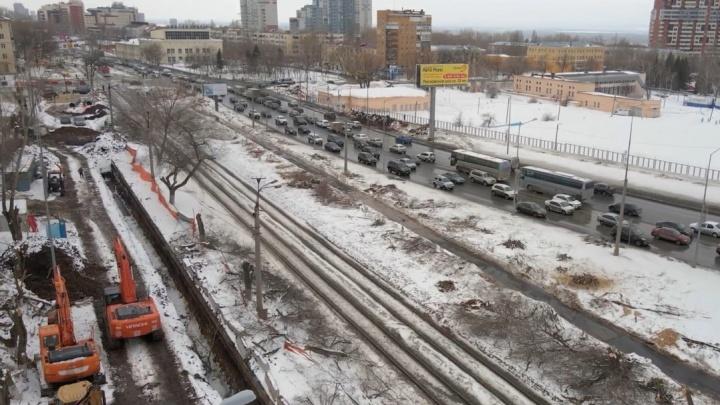 Из-за строительства развязки на Ново-Садовой спилили деревья вдоль дублеров