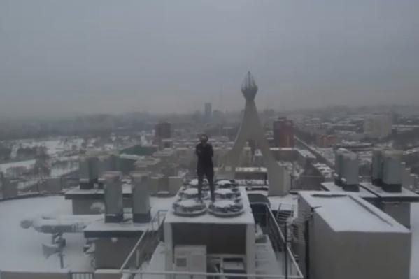 При помощи квадрокоптера молодой человек показал и крышу, и окрестности, и себя