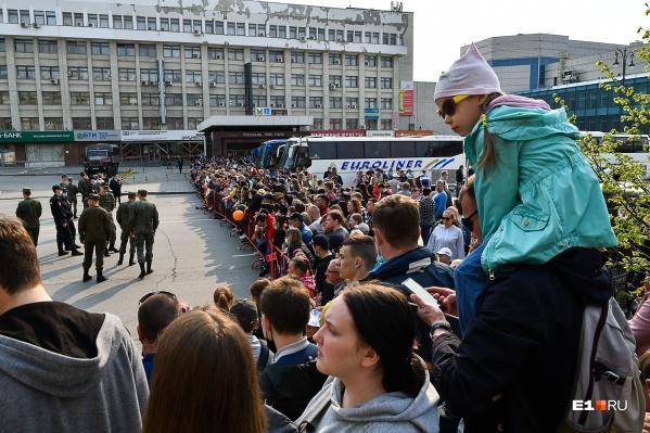 Смотреть на проспект Ленина приходилось от станции метро