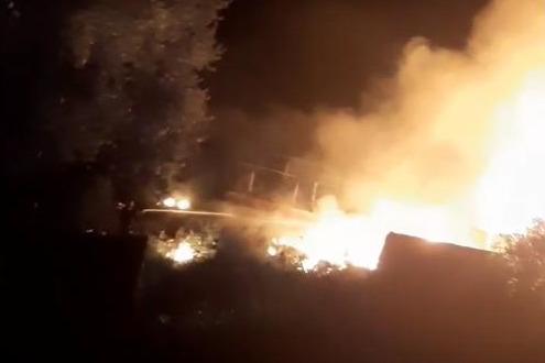 Пламя заслонило Волгу: ночью на севере Волгограда загорелась пристань