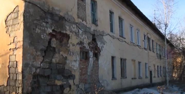 Канские журналисты показывали дыру в стене за сутки до обрушения дома