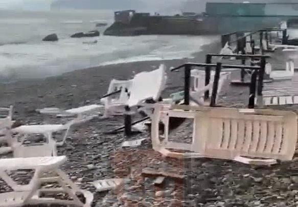 В Сочи на берег вышел смерч и разметал шезлонги и пляжные зонтики. Еще два дня будет сохраняться угроза