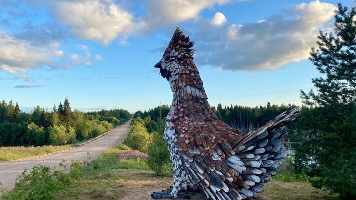 У птички появился пернатый дружок: въезд в Пинегу украсили деревянные скульптуры рябчиков