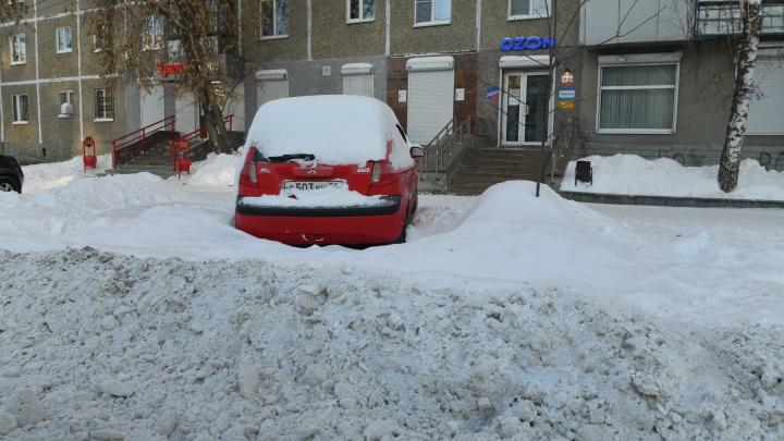Два района Екатеринбурга заказали грейдеры и самосвалы с водителями, чтобы справиться со снегом