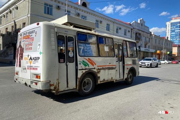 Курганцы в соцсетях возмущаются включенным в жару печкам в автобусах. Урбанист Роман Овчинников порассуждал о том, зачем это делают и нужно ли это терпеть